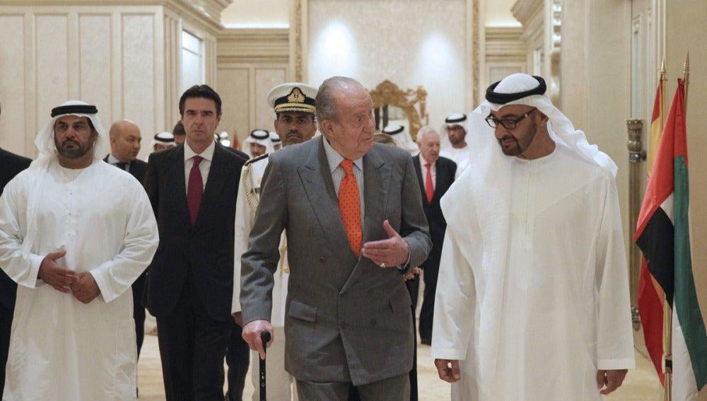 El Rey Don Juan Carlos conversa con el  príncipe heredero de Abu Dabi, el jeque Mohamed bin Zayed al Nahyan
