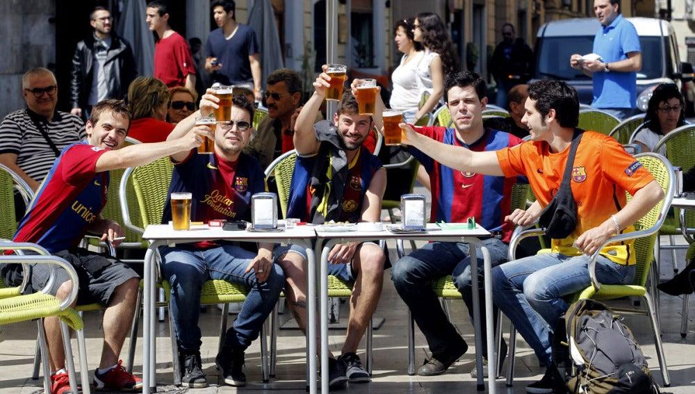 Aficionados del Barcelona en una terraza de Valencia