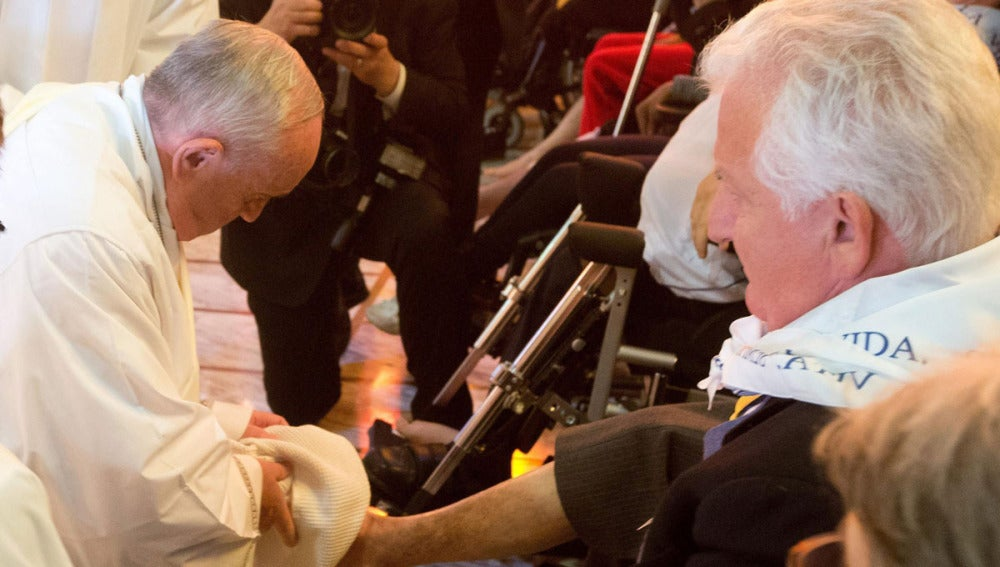 El Papa Francisco lava los pies a un hombre