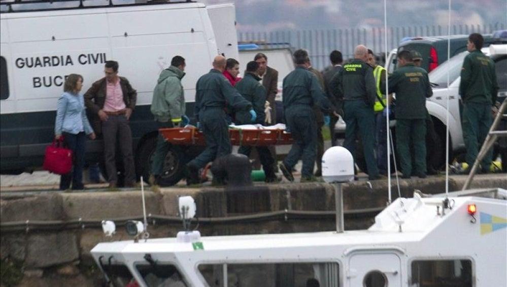 Traslado del cuerpo de uno de los marineros fallecidos en Asturias.