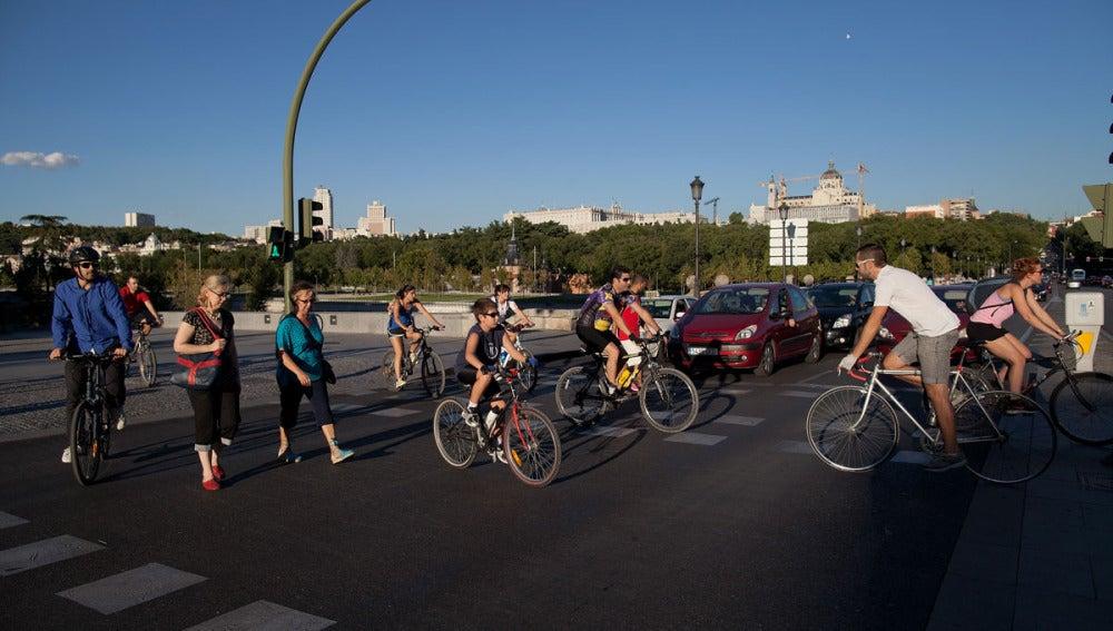 Ciclistas cruzan un paso de peatones en Madrid