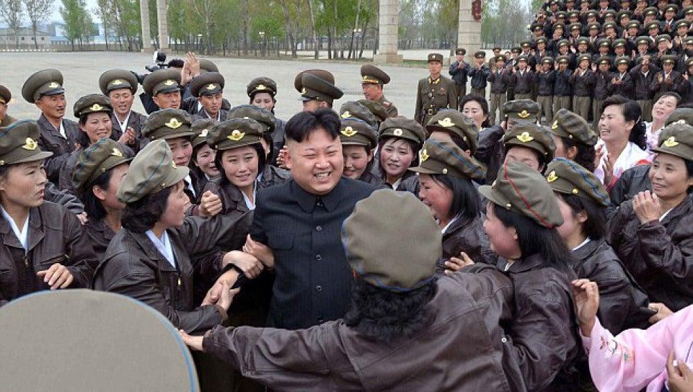 Kim Jong-un rodeado de su ejército de mujeres
