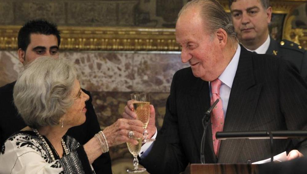 El Rey Juan Carlos brinda con la escritora mexicana Elena Poniatowska