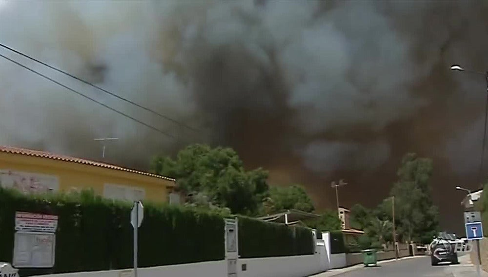 Un incendio forestal en Valencia obliga a varios desalojos