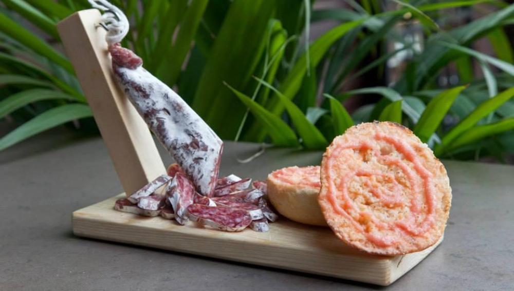 El fuet de La Selva, acompañado de pan tumaca.