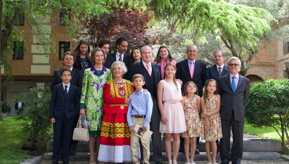 Los Reyes de España junto con la familia de la escritora ganadora del Cervantes, Elena Poniatowska