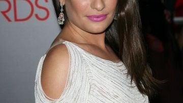 Lea Michele muy sexy con un vestido blanco