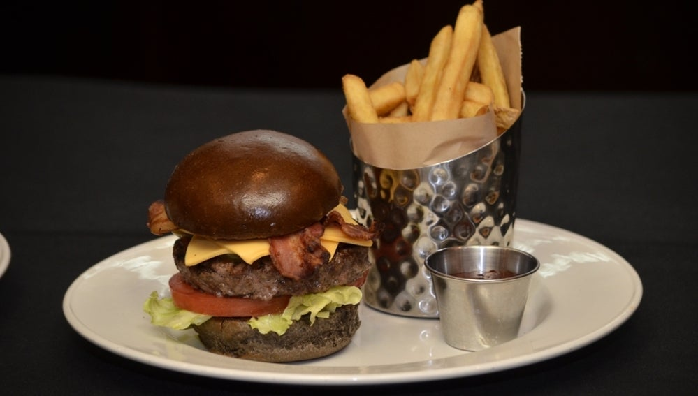 La hamburguesa dedicada a Michael Jackson, con pan negro.