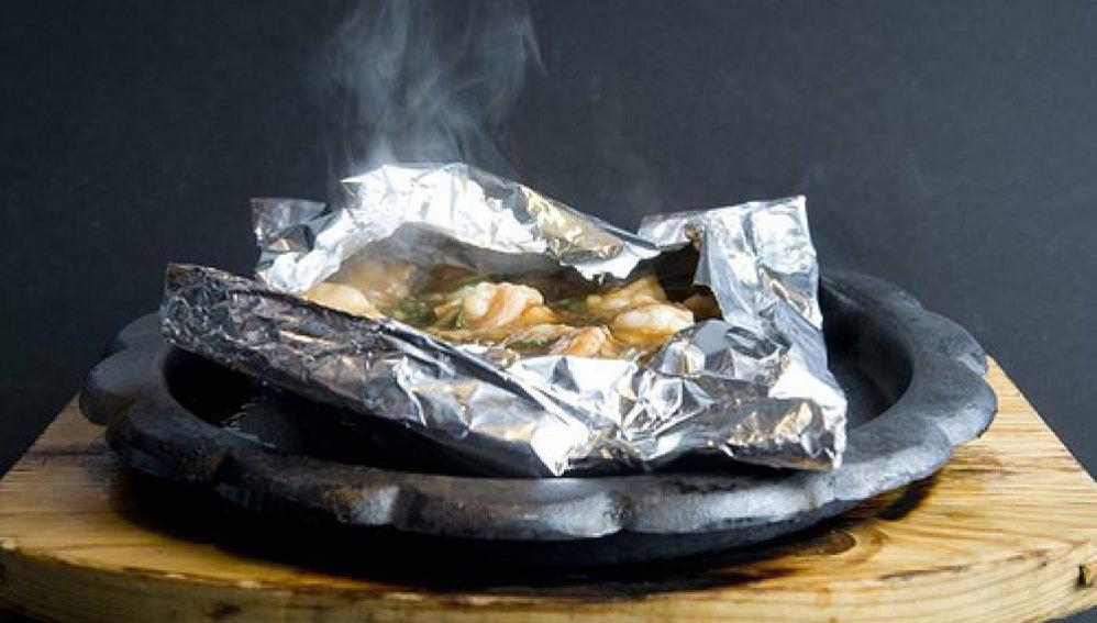 En la técnica del papillote envolvemos con papel de aluminio el alimento.