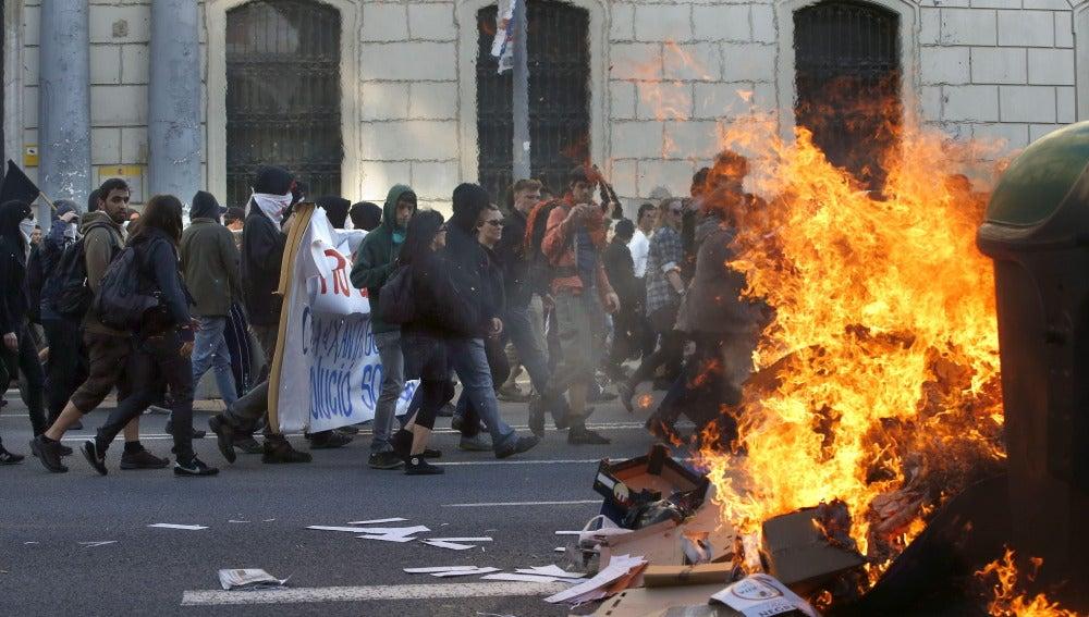 Participantes en una manifestación alternativa convocada en Barcelona