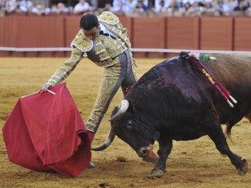 Enrique Ponce, frente a un tor