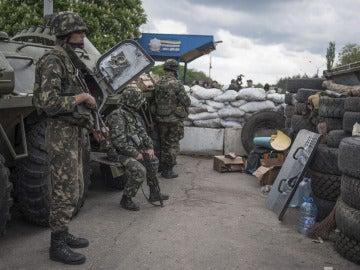 Soldados ucranianos en la ciudad de Slaviansk