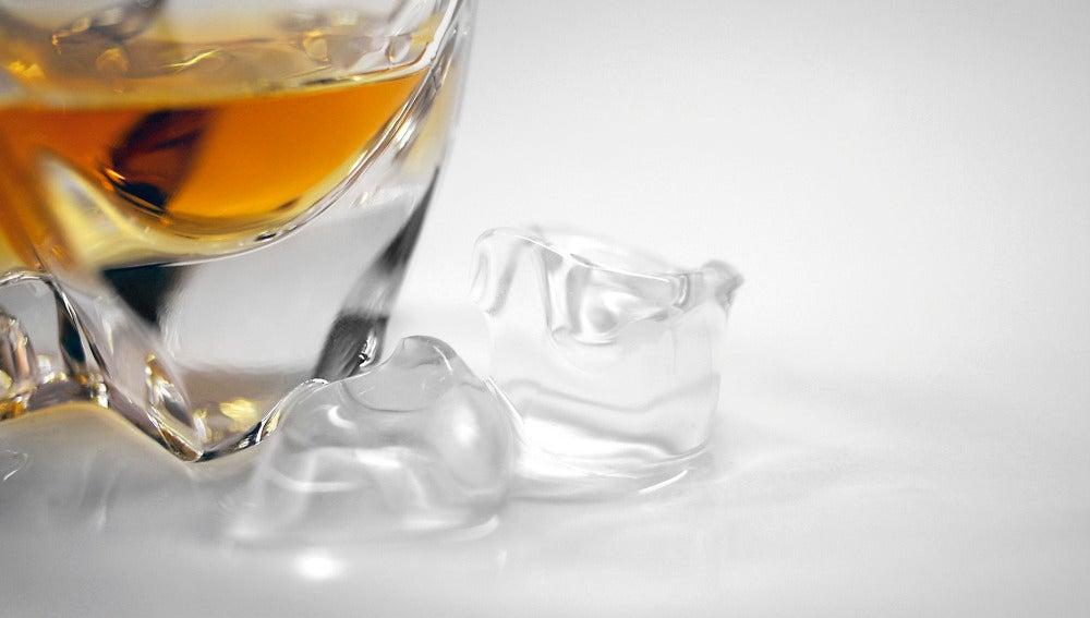 En el caso del whisky, lo mejor es dejar el hielo fuera del vaso.
