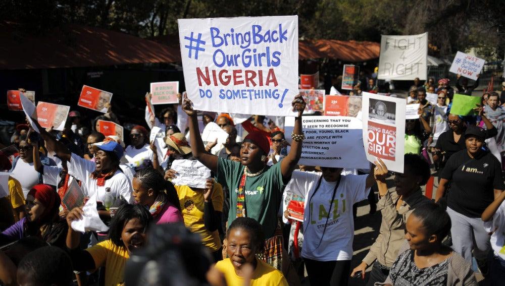 Activistas muestran pancartas pidiendo la liberación de las niñas en Nigeria