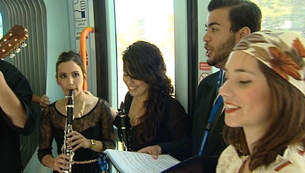 Representación de la ópera 'Rita' en el tranvía de Tenerife