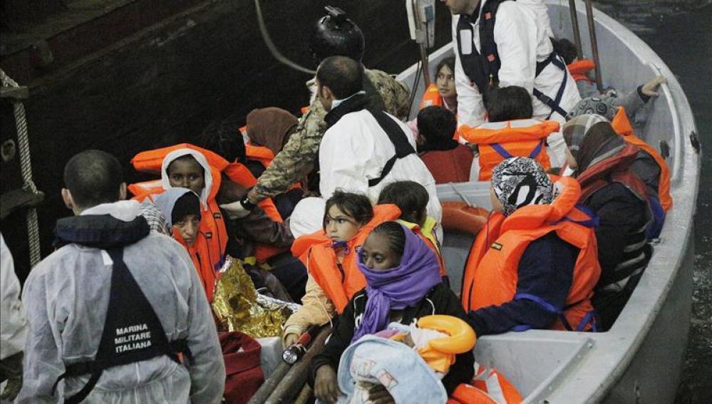 Una barca de salvamento rescata a varios inmigrantes cerca de Lampedusa (archivo)