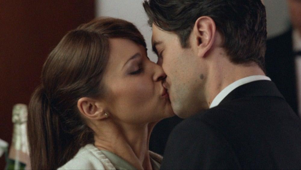 Mateo besa a Ana