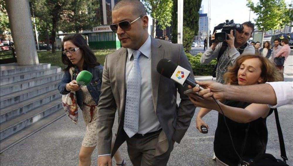Miguel Ángel Flores llega solo a los juzgados de Plaza Castilla.