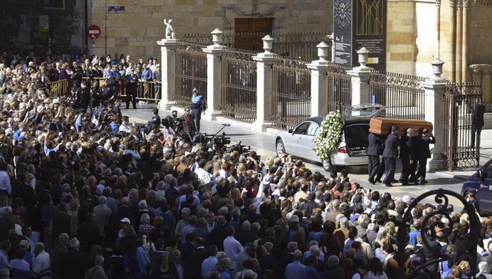 Llegada del coche fúnebre con los restos de Isabel Carrasco a la catedral de León