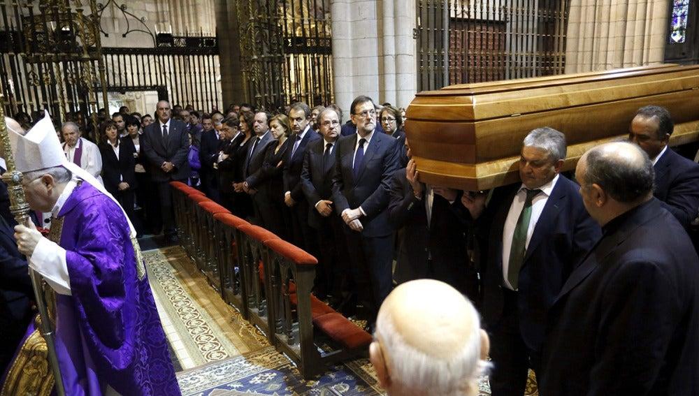 Mariano Rajoy y Juan Vicente Herrera observan la llegada del féretro de Isabel Carrasco