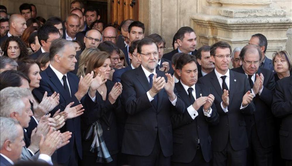 Rajoy junto a otras autoridades en la capilla ardiente