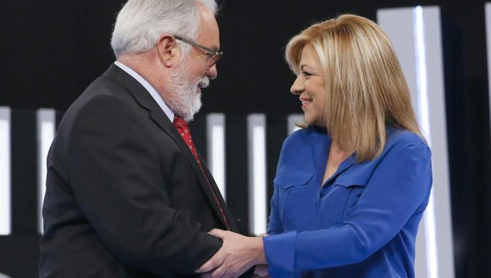 Miguel Arias Cañete y Elena Valenciano se saludan antes del debate