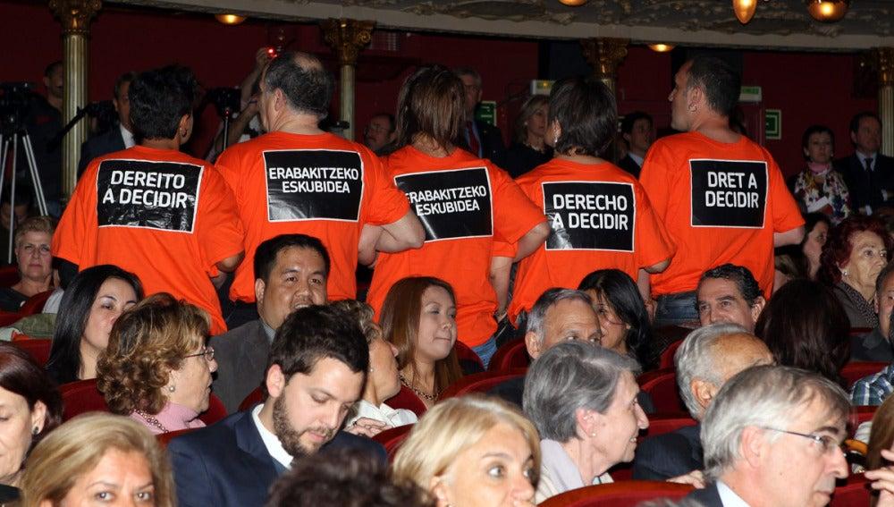 Miembros de EH Bildu interrumpen una entrega de premios en Bilbao con el Príncipe