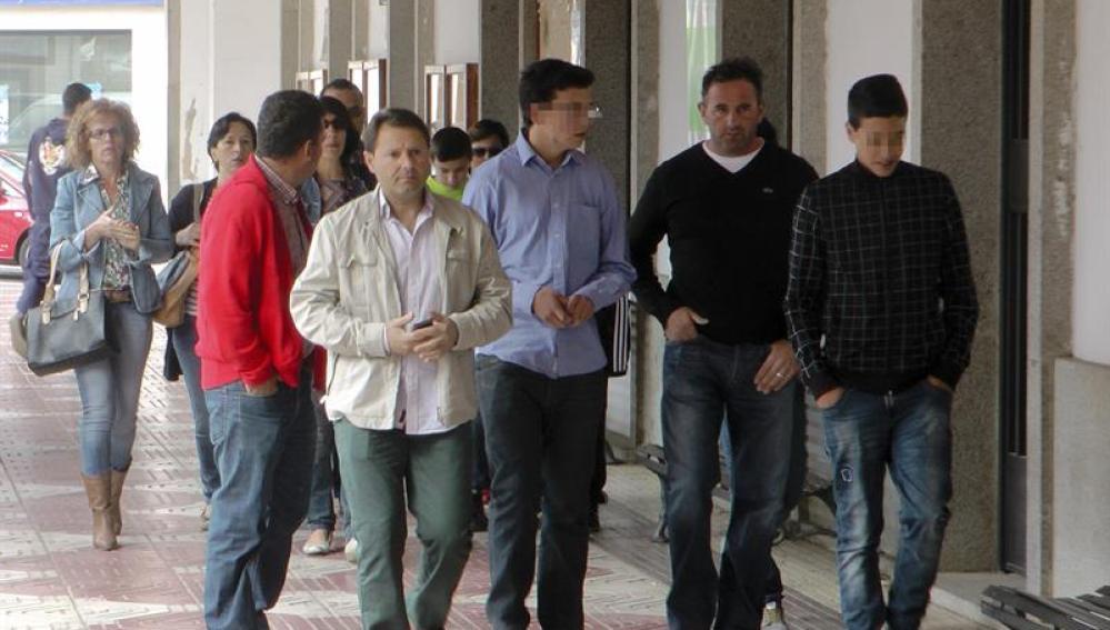 Algunos testigos del accidente con un microbús producido en la localidad de Castuera (Badajoz)