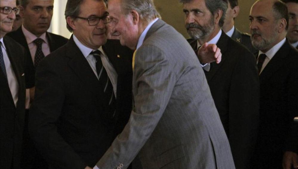 El Rey bromea con Artur Mas en su encuentro en Barcelona