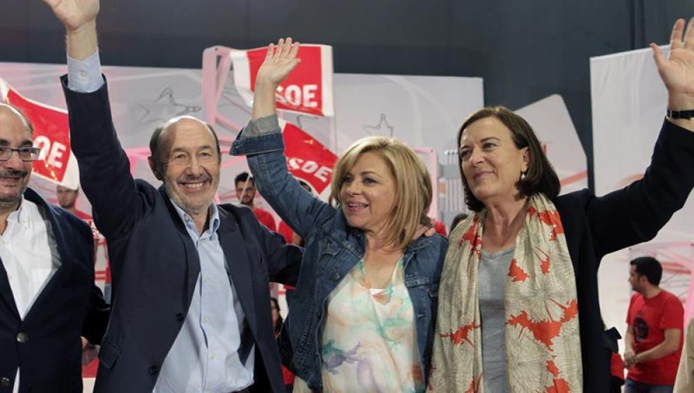 Elena Valenciano acompañada por Alfredo Pérez Rubalcaba y la candidata aragonesa, Inés Ayala