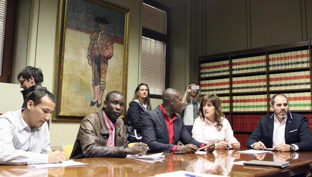 El alcalde de Sestao, Josu Bergara, durante la reunión con los colectivos.