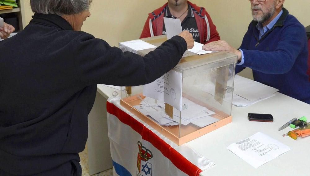 Una mujer vota en la urna para el cambio de nombre