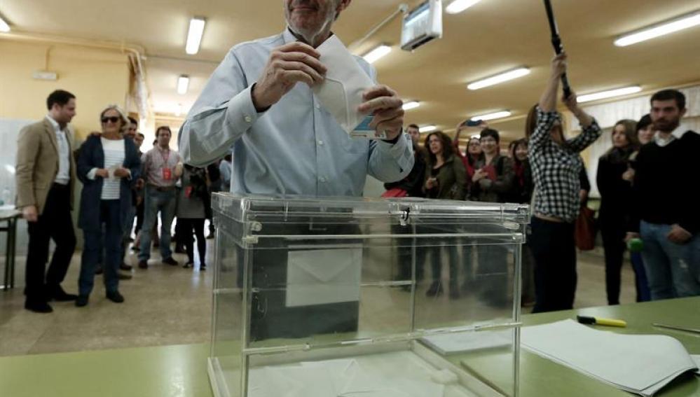 Rubalcaba vota en las elecciones europeas