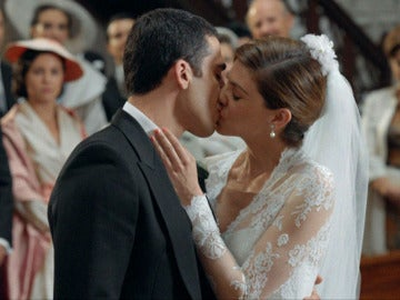Cristina besa a Alberto