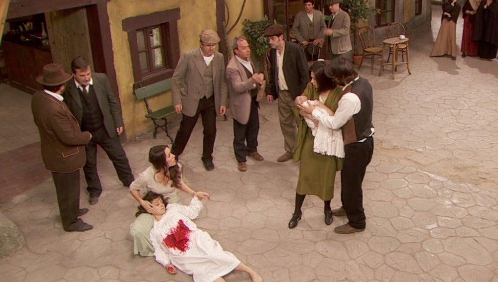 Candela aparece malherida en la plaza y María y Gonzalo vuelven a tener en sus brazos a Esperanza