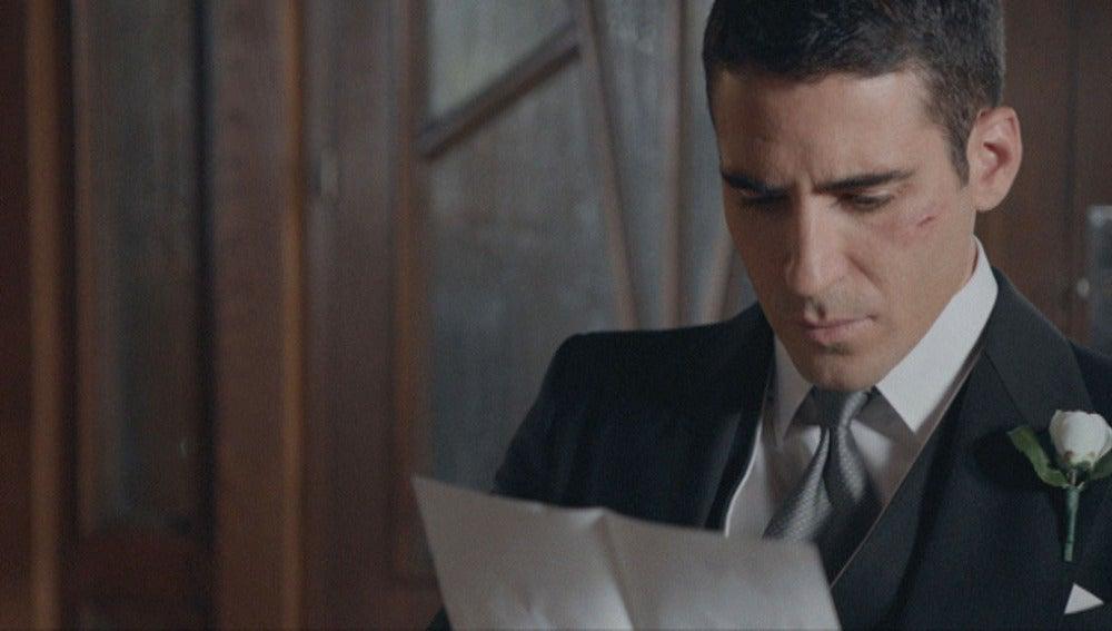 Alberto lee la carta póstuma de su padre