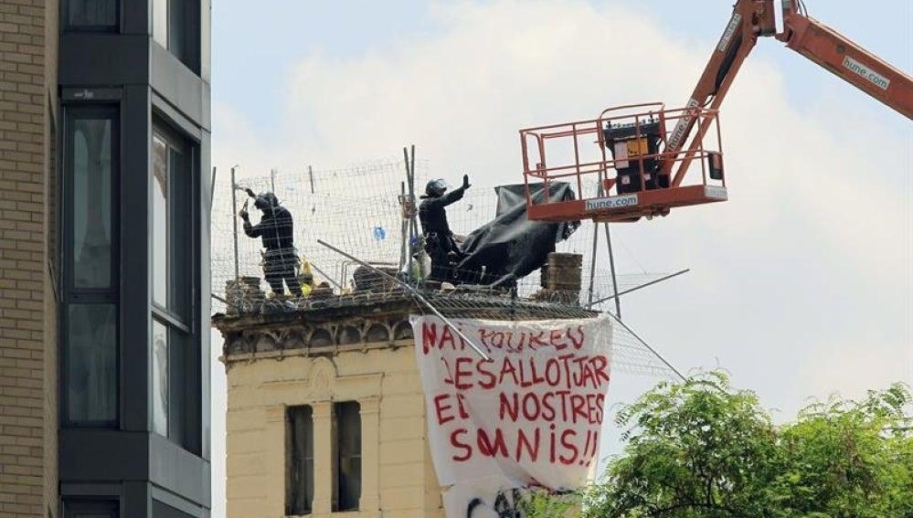 Los Mossos desalojan el centro okupa Can Vies.