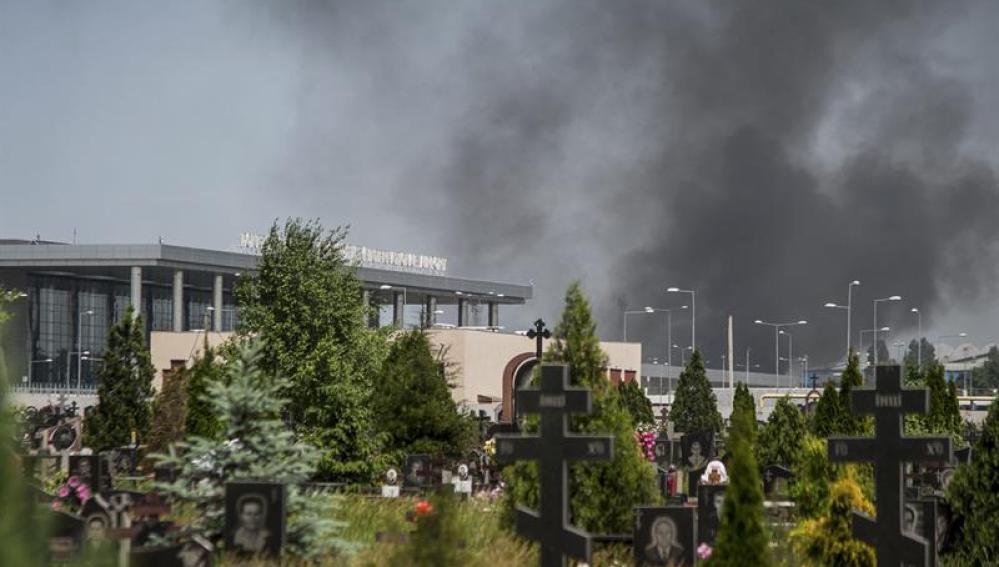 Vista general de una columna de humo en el aeropuerto internacional de Donetsk