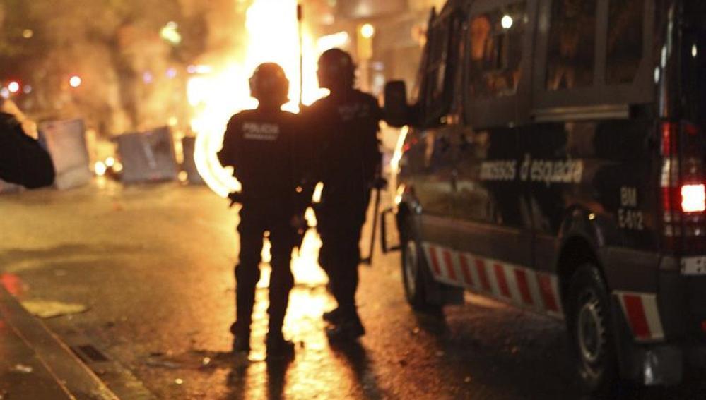 La policía controla la calle durante los incidentes