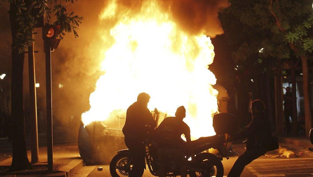 Contenedores ardiendo tras la manifestación llevada a cabo en Barcelona