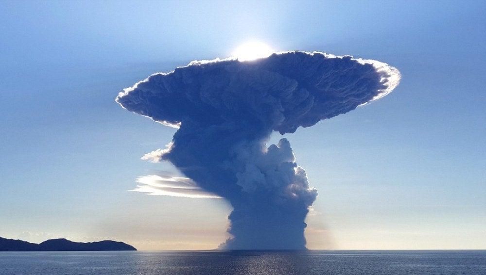 Gigantesca nube de cenizas impide vuelos tras erupción de volcán en Indonesia