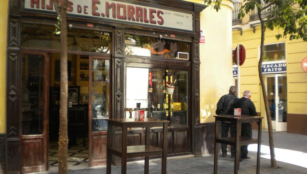 Casa Morales, una de las más emblemáticas tabernas sevillanas.