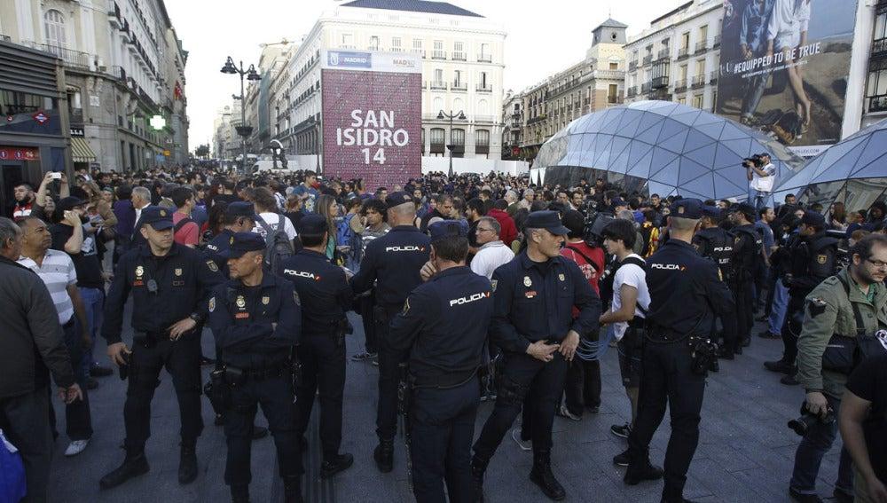 Manifestantes en la Puerta del Sol en una foto de archivo