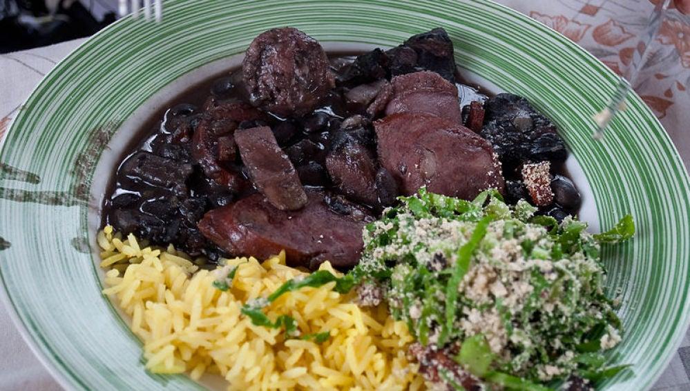 La feijoada es el plato nacional brasileño.