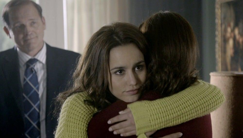 María abraza a su madre