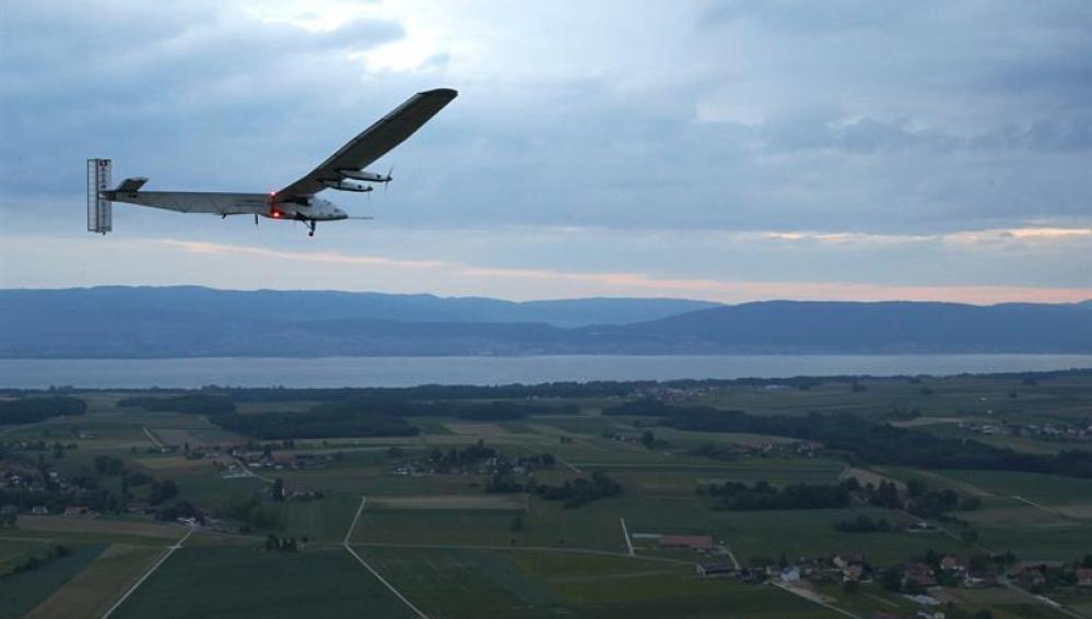 El avión solar que dará la vuelta al mundo en 2015 realiza con éxito su vuelo inaugural