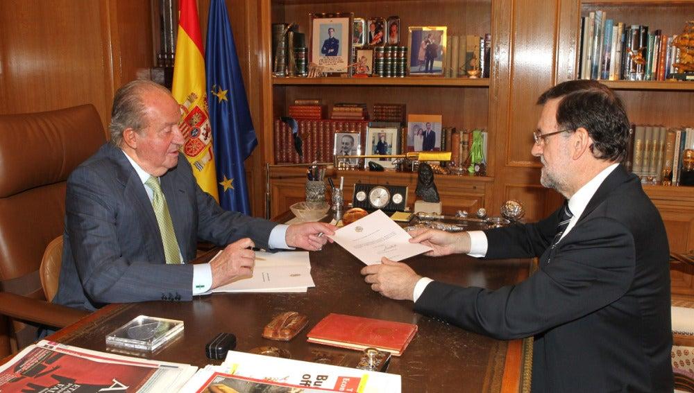 El Rey entrega el documento de su abdicación a Rajoy