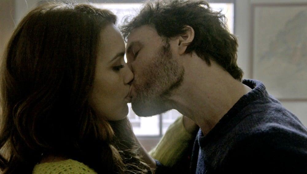 Juan besa a María