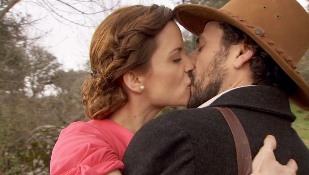 Conrado besa a otra mujer