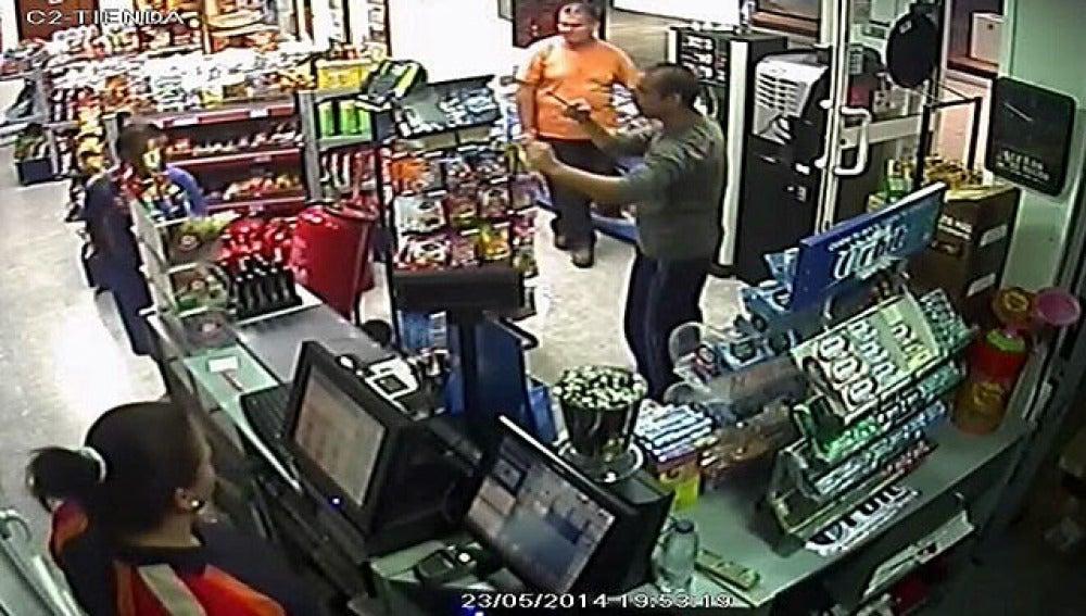 Un hombre atraca una gasolinera con una llave de bujía en Sevilla